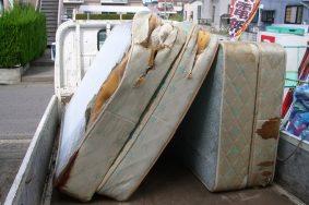 名古屋市内にてマットレスの回収作業